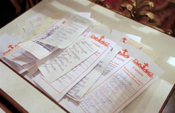 Как и когда нужно подавать записки в храме